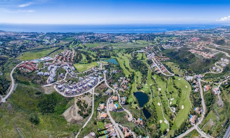 One of the most dynamic new hot spots in Marbella area, the well-known residential neighbourhood of La Alqueria gradually transforms into a beautiful suburb following the contours of the gently rising hills.